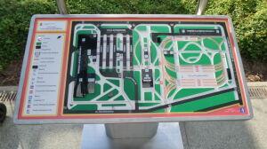 Tablica dźwiękowa zainstalowana przy stacji metra Młociny