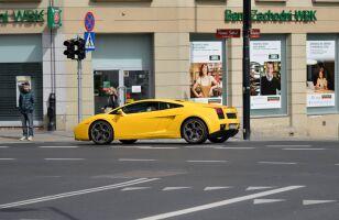 """Żółte """"lambo"""" na Placu Trzech Krzyży fb.com/kaszubski.piotr"""