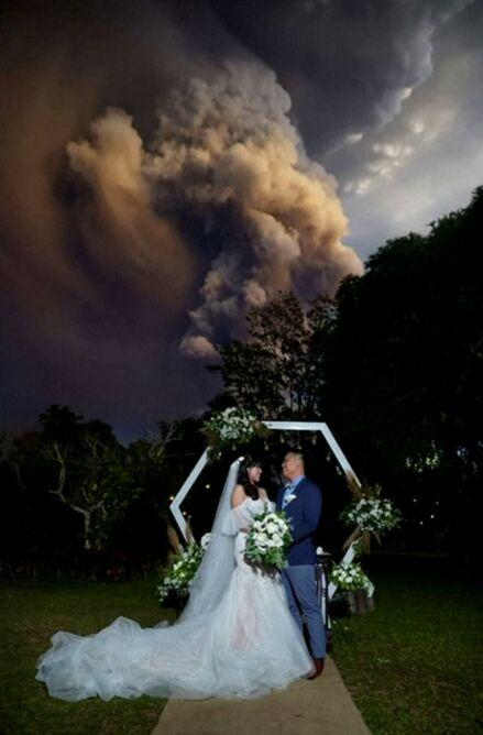 Podczas ceremonii ślubnej wybuchł wulkan (Randolf Evan Photography/Reuters)